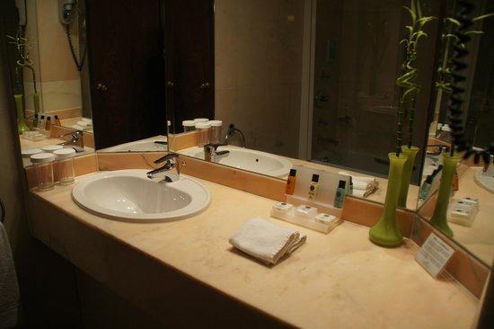 Crowne Plaza Brugge: 浴室