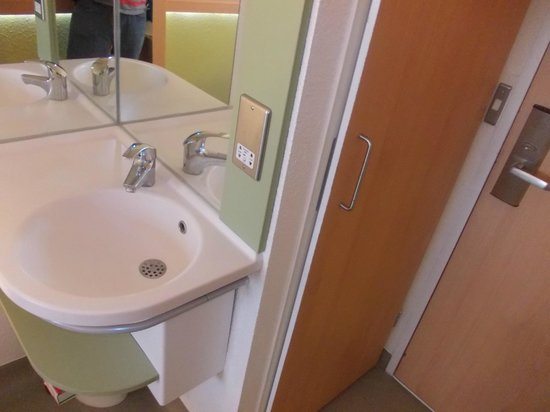 Hotel ibis budget London City Airport: THE SINK IN ROOM