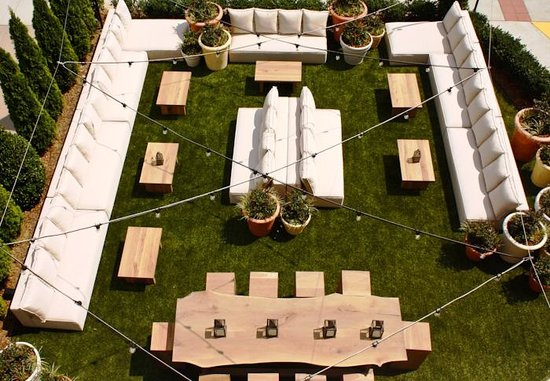 Artmore Hotel: Overview of the Cocktail Garden