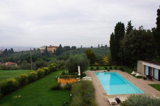 Relais Villa Jacopone Suites : Blick von der Veranda über den Pool auf Florenz