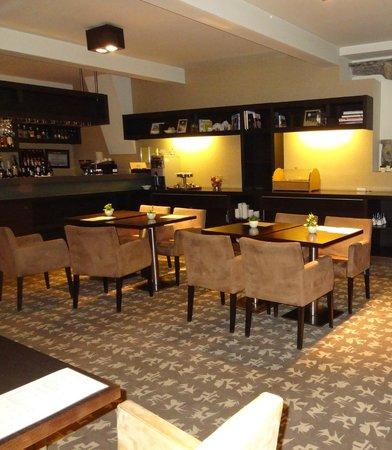 Buda Castle Fashion Hotel: Frühstücksraum und Bar