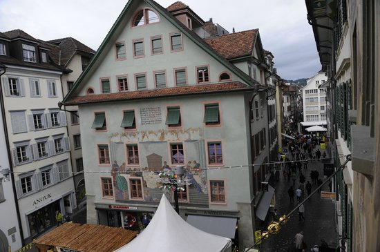 Altstadt Hotel Krone Luzern: Вид из окна на площадь