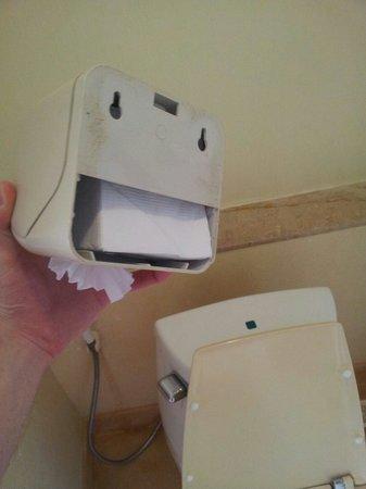 Railay Bay Resort & Spa : Dérouleur à papier toilette décroché du mur