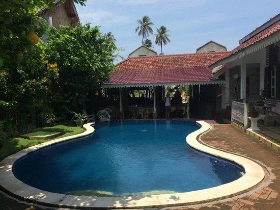 Sendok Hotel: La petite piscine avec le restaurant au fond