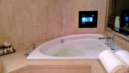 The Meydan Hotel: ванна в номере