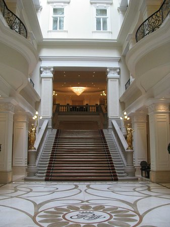 Corinthia Hotel Budapest: Grand staircase in from the lobby