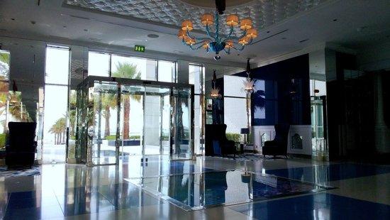 The Meydan Hotel: ресепшн Мэйдан-бич