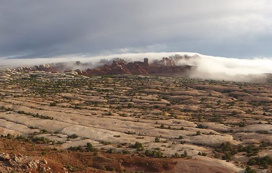 Canyonlands Ballooning : Arches with fog rolling in
