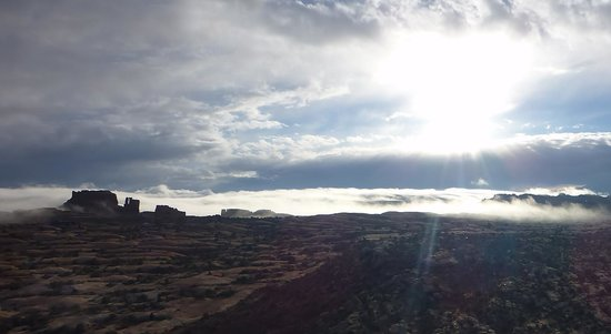 Canyonlands Ballooning : Clouds and sunrise