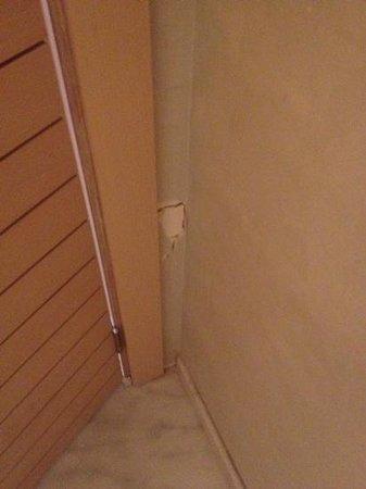 Hotel Zeytinada: Badezimmer mit Löchern