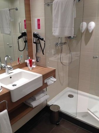 H4 Hotel Berlin Alexanderplatz : Bathroom was clean and modern but small