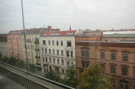 MEININGER Hotel Berlin Mitte Humboldthaus: Vista do quarto