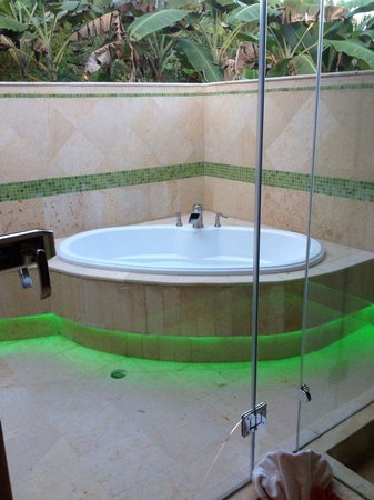 Sleeping Giant Lodge: Outdoor soaker tub with cool green lights