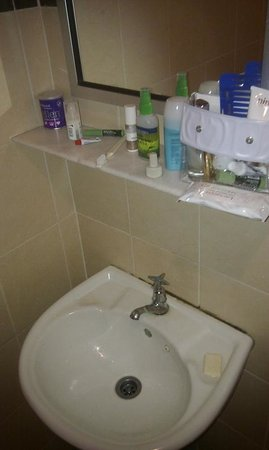Hotel London: Enough space for toiletries