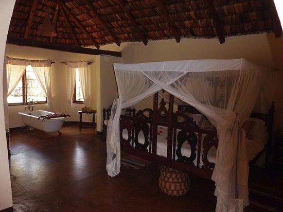 Arusha Safari Lodge: Bungalow #2 bedroom with en suite claw foot tub.