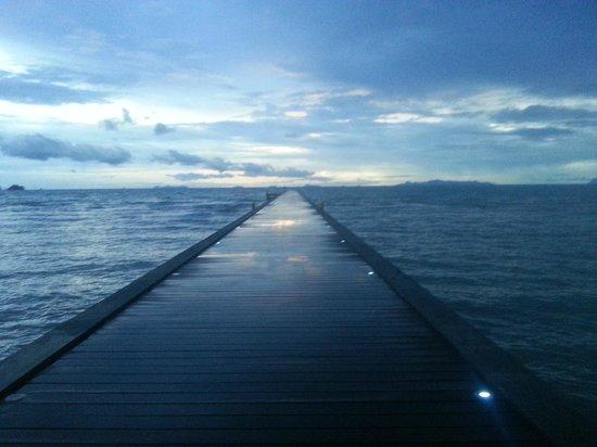 The Sunset Beach Resort & Spa, Taling Ngam: Coucher de soleil sur le ponton