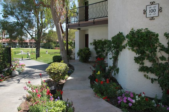 Omni Rancho Las Palmas Resort & Spa : Pathway up to the door of room 110