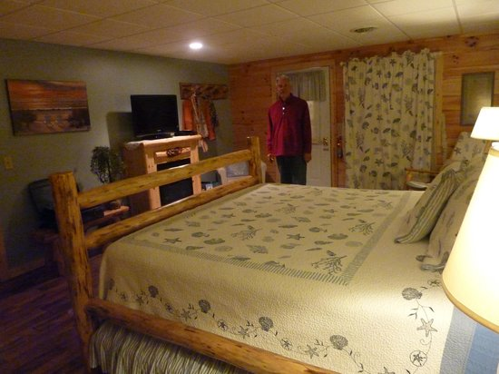 Blessings Lodge: A spacious bedroom with authentic Amish furniture, comfy mattress, plenty of room for luggage an