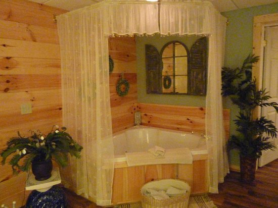 Blessings Lodge: Tucked away in a corner of the master bedroom is this charming jacuzzi tub with all the amenitie