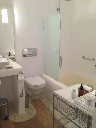 Kirini Suites & Spa: Our bathroom!