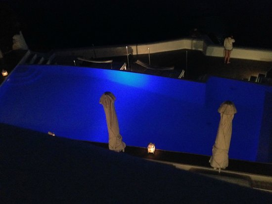 Kirini Suites & Spa: The pool at night!