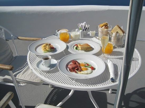 Kirini Santorini: Breakfast on our terrace!