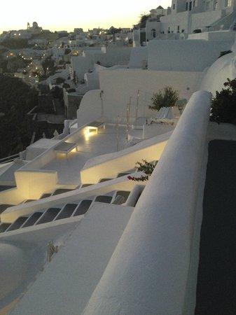 Kirini Santorini: Hotel lounging area and steps!