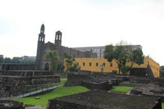 Plaza de las Tres Culturas: Overview of the Square of the 3 cultures, with the example of the 3 architectural styles