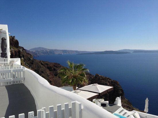 Kirini Santorini: Loved the little white gates to the rooms!