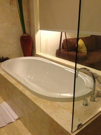 Kamuela Villas and Suite Sanur: Bath