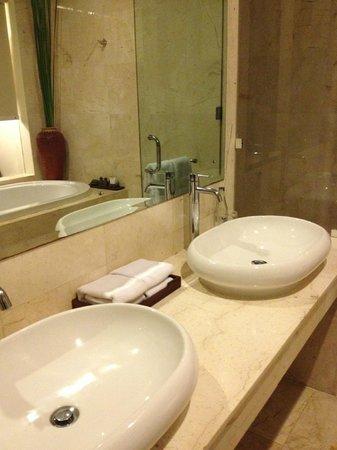 Kamuela Villas and Suite Sanur: Double basins