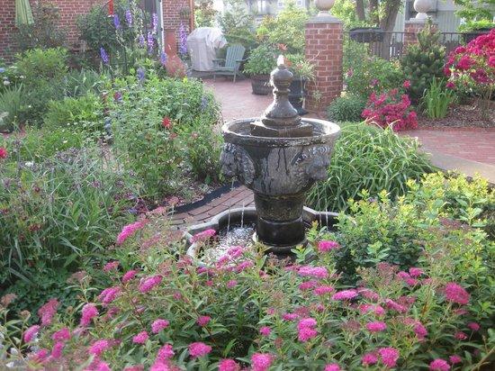 The Reynolds Mansion : Garden