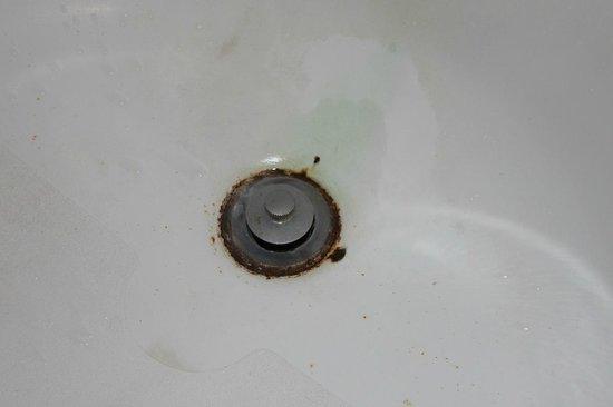 Hometown Inn - Riverdale: rusted tub