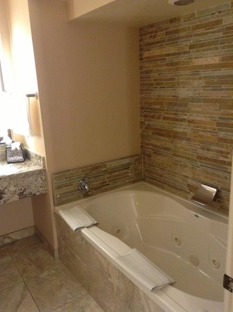 Best Western Plus Arroyo Roble Hotel & Creekside Villas: Bath in Roble North room