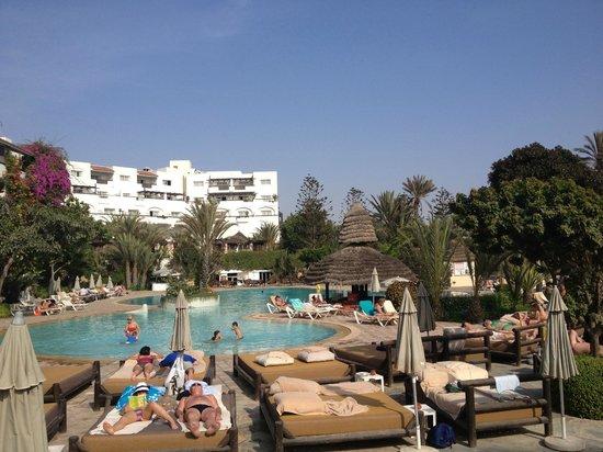 Hotel Riu Tikida Beach : Seating area overlooking pool