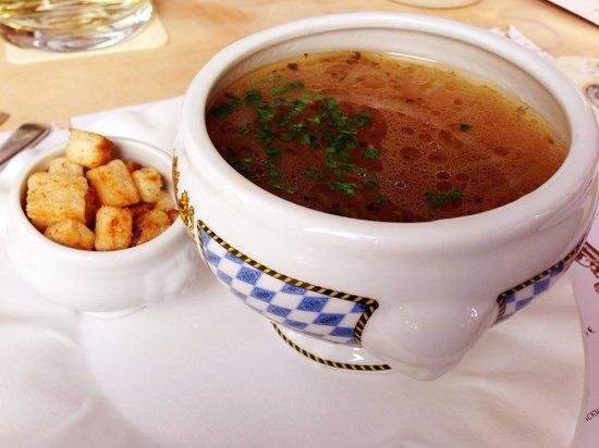 Löwenbräu: Bierzwiebelsuppe mit gerösten Knoblauchcroutons