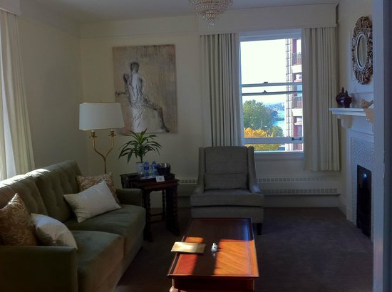 Union Club British Columbia: Newly rennovated queen suite with harbour view