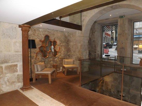 Carris Porto Ribeira: Vista interna de uma área do hotel.