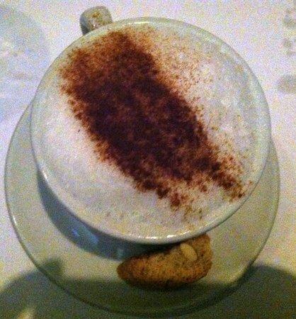 Passione Della Cucina: Pricey cappuccino, served with mini-biscotti