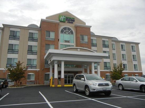 Holiday Inn Express Hotel & Suites: Boa localização, elevadores, estacionamento grátis.