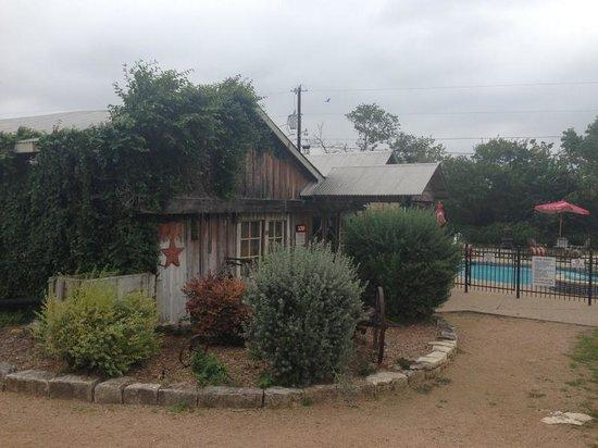 Gruene Homestead Inn: Neighboring Bar & Pool Area