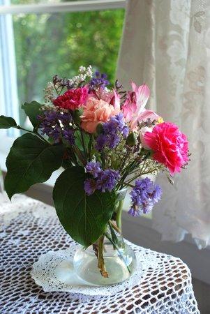 Headlands Inn Bed & Breakfast: Fresh flowers.....