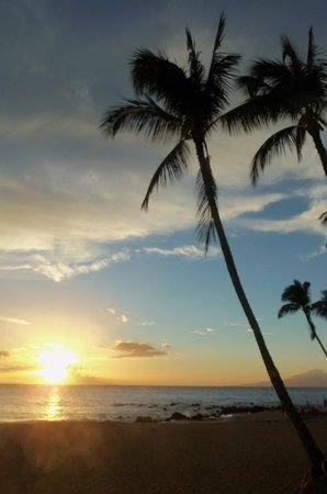 Days Inn Maui Oceanfront : Sunset on the beach