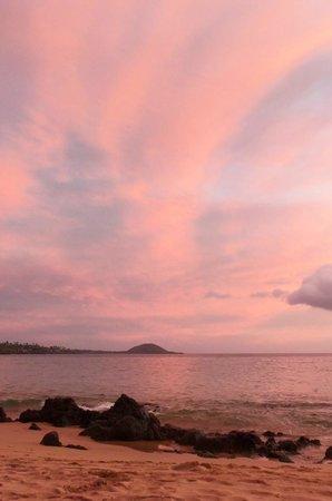 Days Inn Maui Oceanfront: Sunset on the Beach