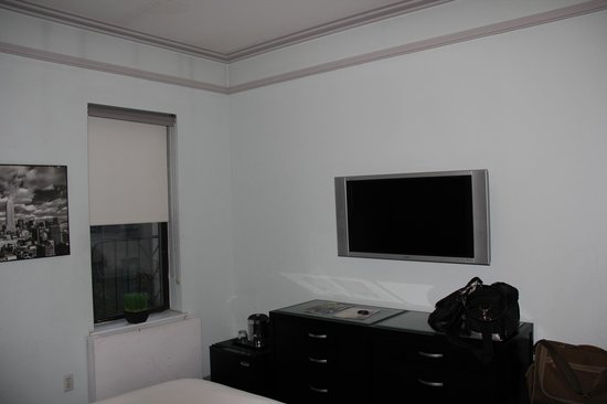 414 Hotel: TV/Dresser