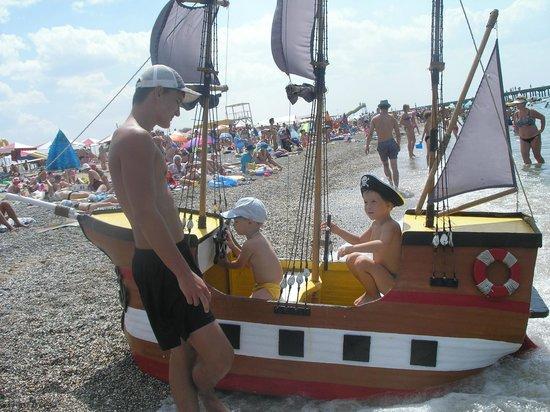 Novofederovka Beach: Караблик для прогулки по морю.