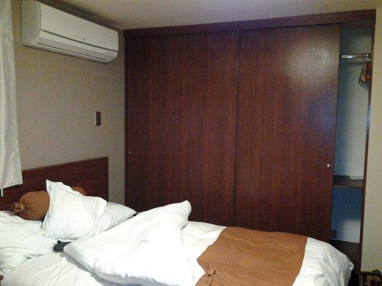 SM Hotel & Business: cama box, lençóis, travesseiros e edredom em om estado.