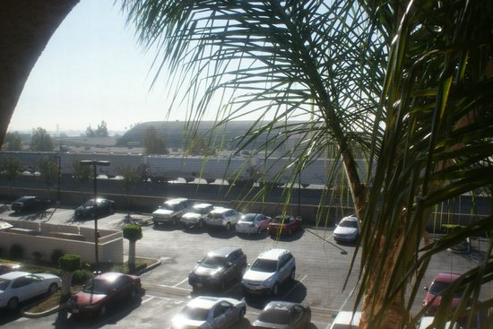 Red Roof Inn Ontario Airport: Out the hotel window, parking lot, TRAIN!