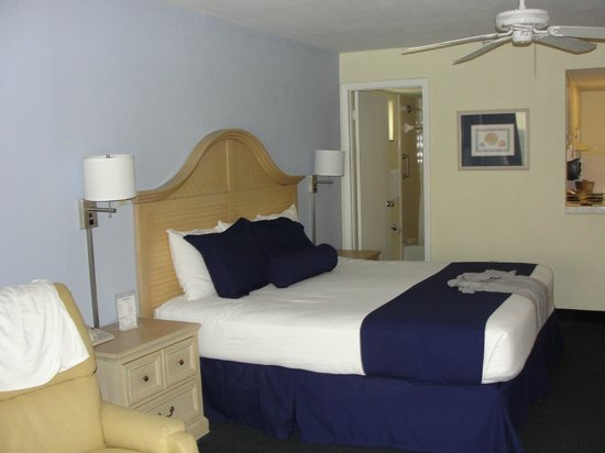 Shoreline Island Resort : Our unit with a king size bed