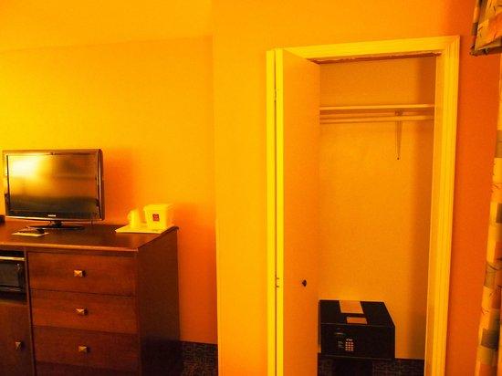 Comfort Suites Beaufort: Closet with safe